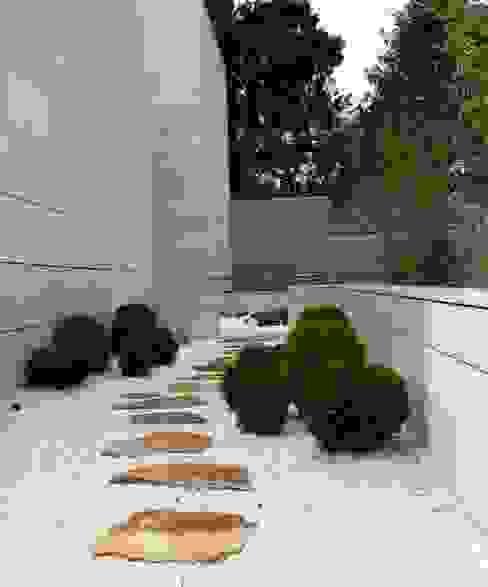Minimalist style garden by ISAURA ROMEO ESTUDIO DE PAISAJISMO Minimalist