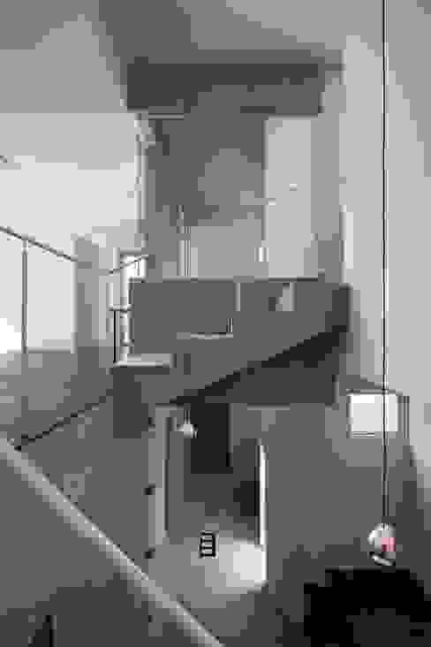 エントランス+階段 モダンスタイルの 玄関&廊下&階段 の ARCHIXXX眞野サトル建築デザイン室 モダン