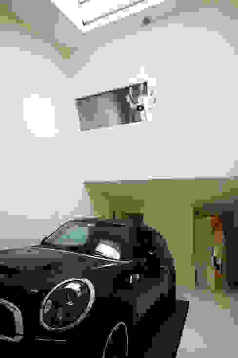 โรงรถและหลังคากันแดด by Caramel architekten