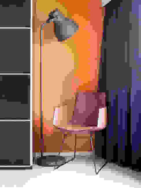 caramel kleurige muur:  Slaapkamer door IJzersterk interieurontwerp, Modern