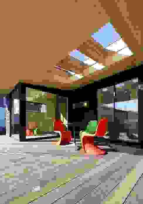 Yakisugi House: 長谷川拓也建築デザインが手掛けたテラス・ベランダです。,和風