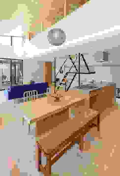 Yakisugi House: 長谷川拓也建築デザインが手掛けたキッチンです。,和風