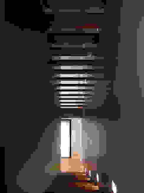 Minimalist corridor, hallway & stairs by studio antonio perrone architetto Minimalist