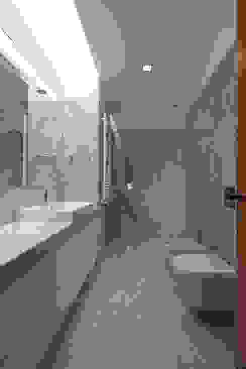 Casa PL Banheiros modernos por Atelier d'Arquitetura Lopes da Costa Moderno