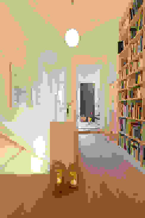 Wohnhaus A in Oldenburg Moderner Flur, Diele & Treppenhaus von ANGELIS & PARTNER Architekten mbB Modern
