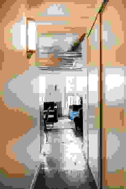 Appartement Montorgueil Paris Couloir, entrée, escaliers modernes par Hélène de Tassigny Moderne