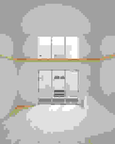 Salones de estilo escandinavo de 井戸健治建築研究所 / Ido, Kenji Architectural Studio Escandinavo