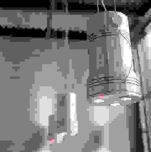Lampada/Pistone:  in stile industriale di Francesca Bonorandi , Industrial