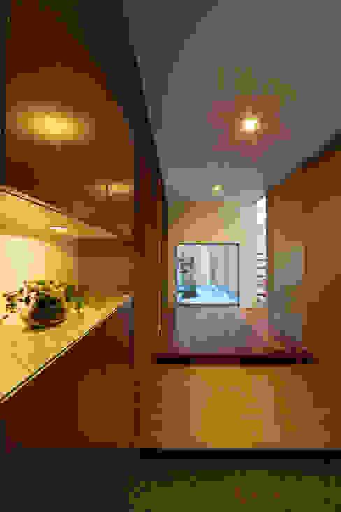 Modern corridor, hallway & stairs by ヒロノアソシエイツ一級建築士事務所 Modern