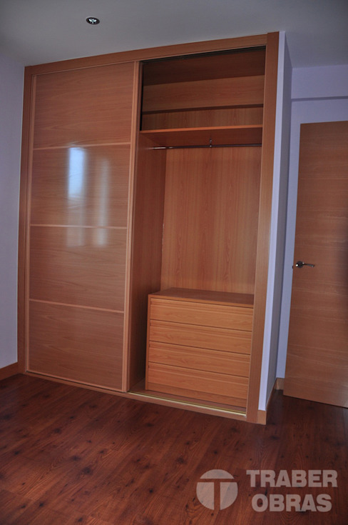 Reforma integral de vivienda por Traber Obras salón - detalle dormitorio principal. Habitaciones modernas de Traber Obras Moderno