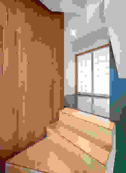 Pasillos, vestíbulos y escaleras modernos de CHORA Moderno