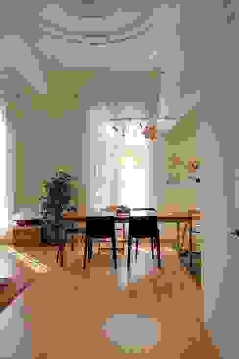 Reforma vivienda en el Barrio de Gracia en Barcelona Comedores de estilo moderno de homify Moderno