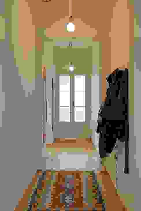 Reforma vivienda en el Barrio de Gracia en Barcelona Pasillos, vestíbulos y escaleras de estilo moderno de homify Moderno