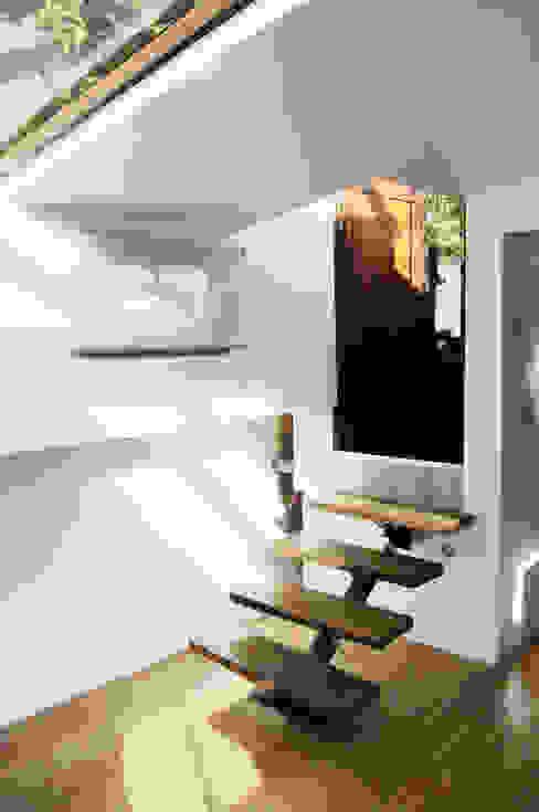 Eklektyczny korytarz, przedpokój i schody od tina merkes architecte Eklektyczny