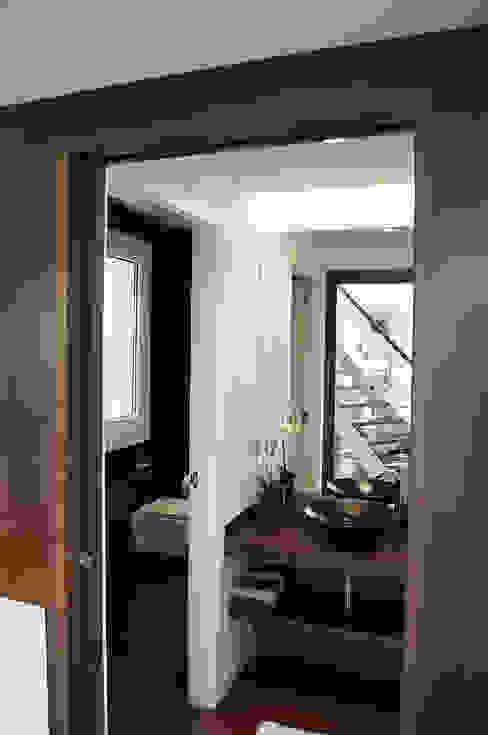 現代浴室設計點子、靈感&圖片 根據 Intra Arquitectos 現代風