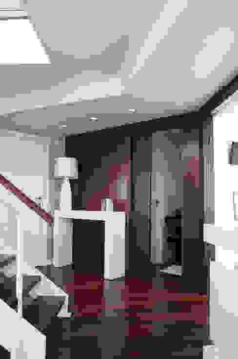 Reforma integral de piso Pasillos, vestíbulos y escaleras de estilo moderno de Intra Arquitectos Moderno