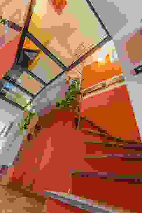 La scala Ingresso, Corridoio & Scale in stile moderno di UAU un'architettura unica Moderno