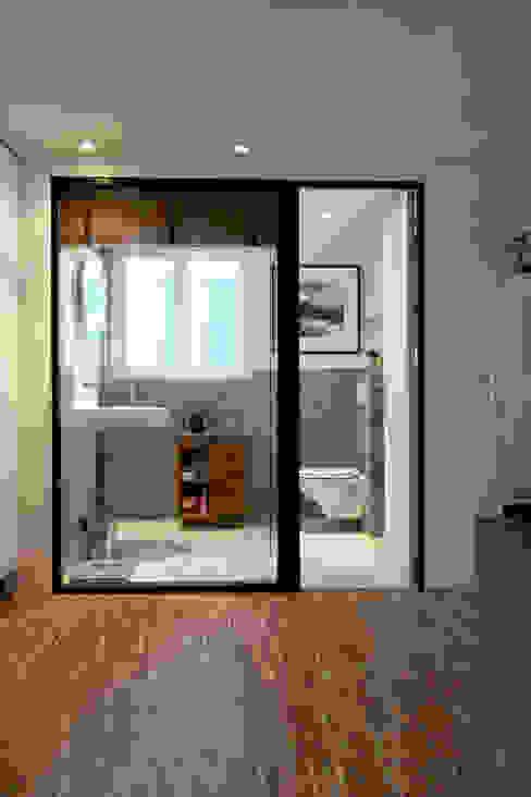 Appartement Paris 11 ème Rue de la Forge Royale Salle de bain moderne par tylt design Moderne