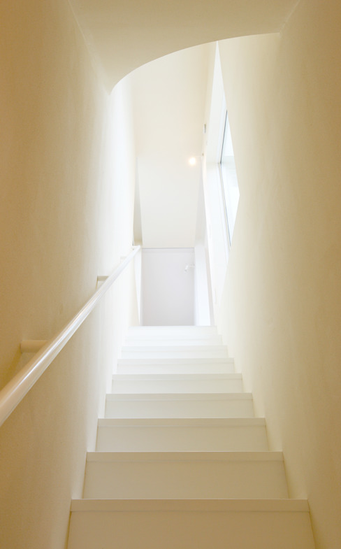 ​SLIDE HOUSE Modern corridor, hallway & stairs by LEVEL Architects Modern