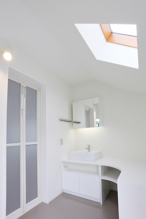 ​SLIDE HOUSE Modern bathroom by LEVEL Architects Modern