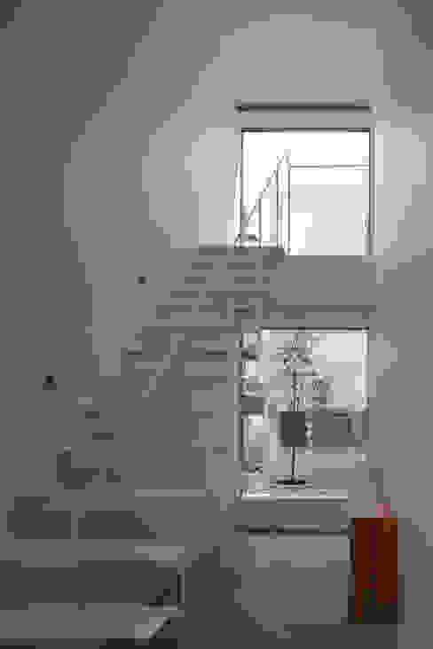 Modern corridor, hallway & stairs by AIDAHO Inc. Modern