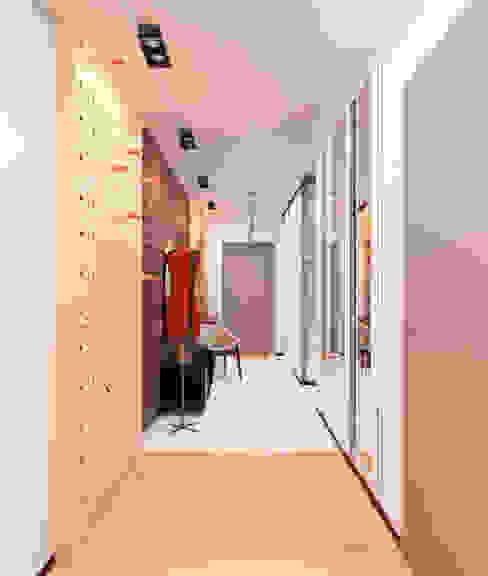 Проект трехкомнатной компактной квартиры Коридор, прихожая и лестница в эклектичном стиле от Katerina Butenko Эклектичный