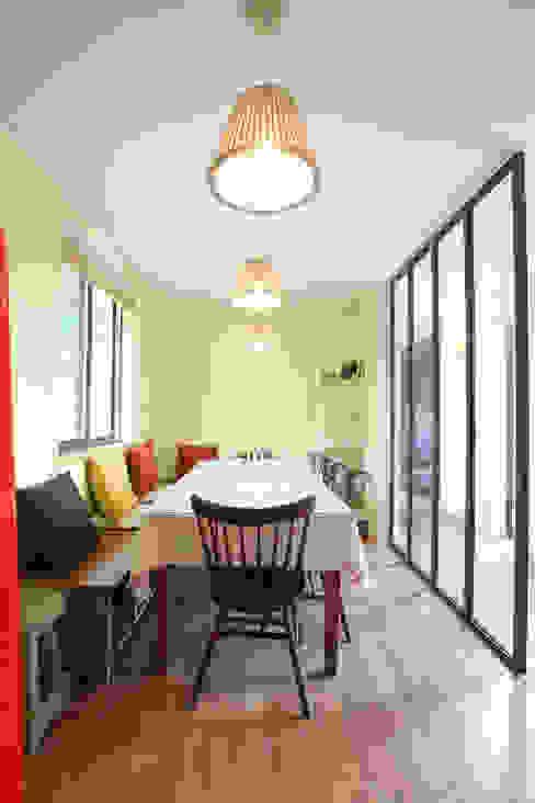 응접실: 주택설계전문 디자인그룹 홈스타일토토의  다이닝 룸,모던