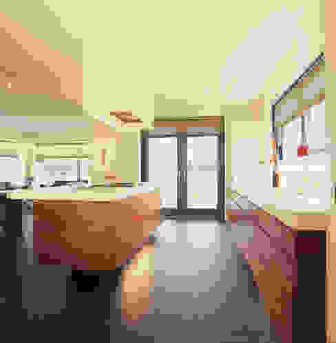 Kookeiland:  Keuken door Leonardus interieurarchitect,