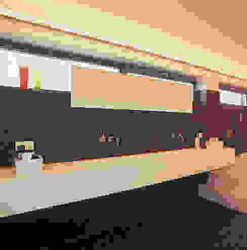 Badkamer met op maat gemaakte wastafel:  Badkamer door Leonardus interieurarchitect,