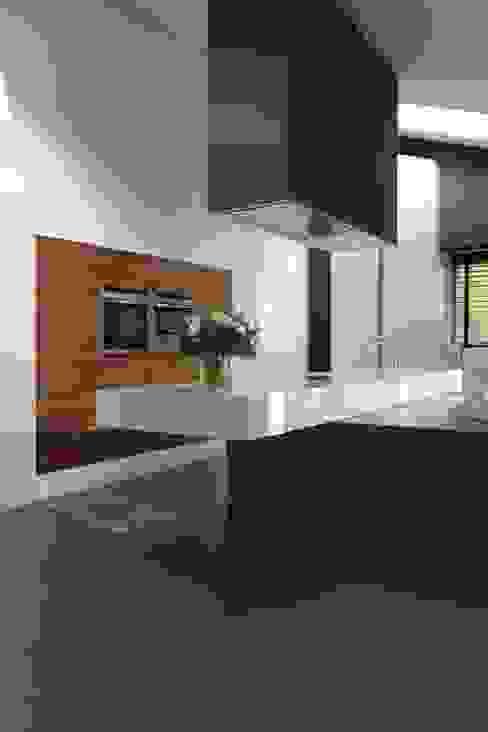 Kookeiland met vrijhangend werkblad Moderne keukens van Leonardus interieurarchitect Modern