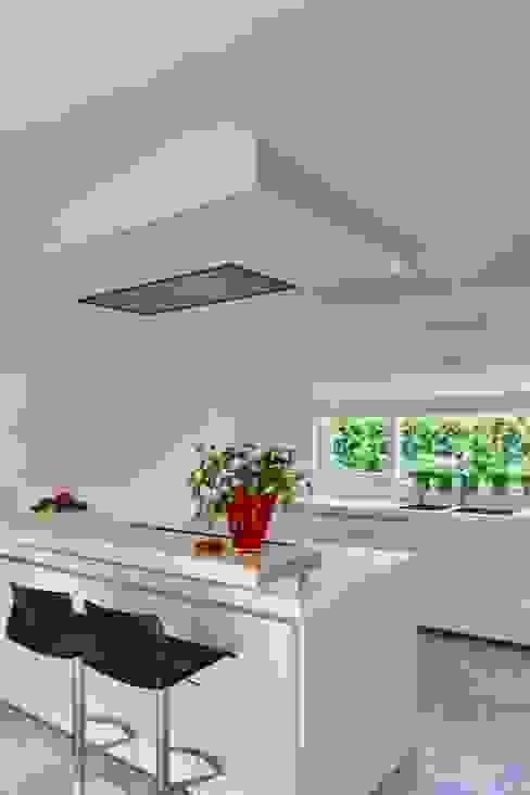 kookeiland met afzuigplafond:  Keuken door Leonardus interieurarchitect,