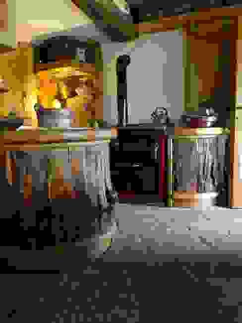 Calda cucina per baita di montagna Cucina in stile rustico di Mobili Pellerej di Pellerej Massimo Rustico
