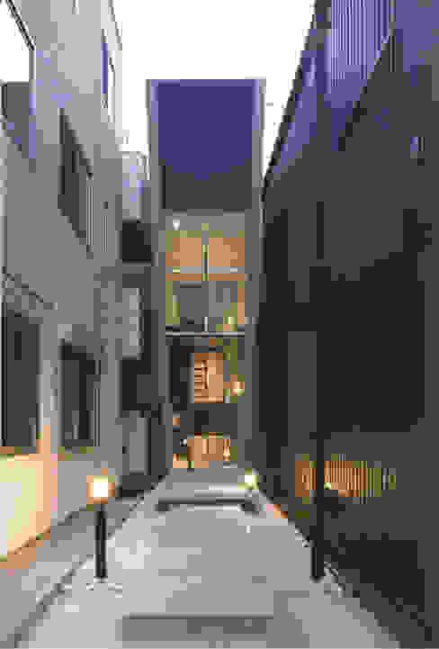Casas modernas por スタジオ4設計 Moderno
