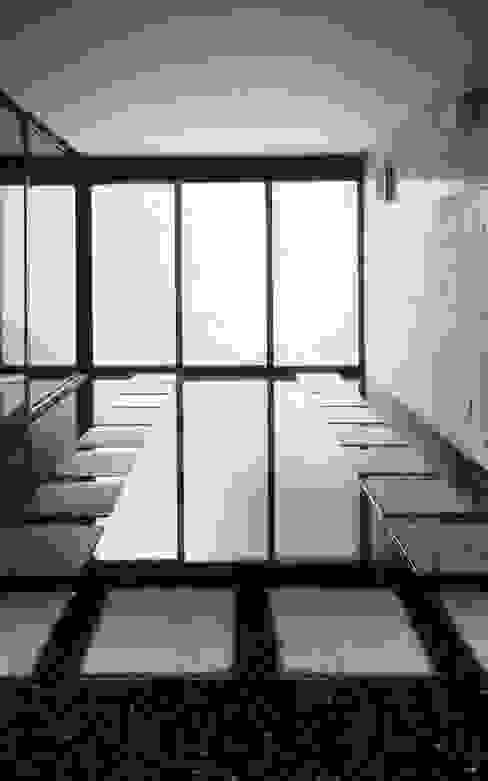 水盤のある家 モダンデザインの ガレージ・物置 の スタジオ4設計 モダン