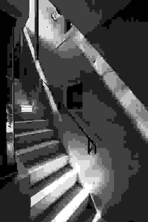 蔵のようなコンクリート住宅 モダンスタイルの 玄関&廊下&階段 の スタジオ4設計 モダン