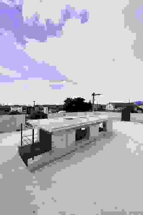 蔵のようなコンクリート住宅 モダンデザインの テラス の スタジオ4設計 モダン