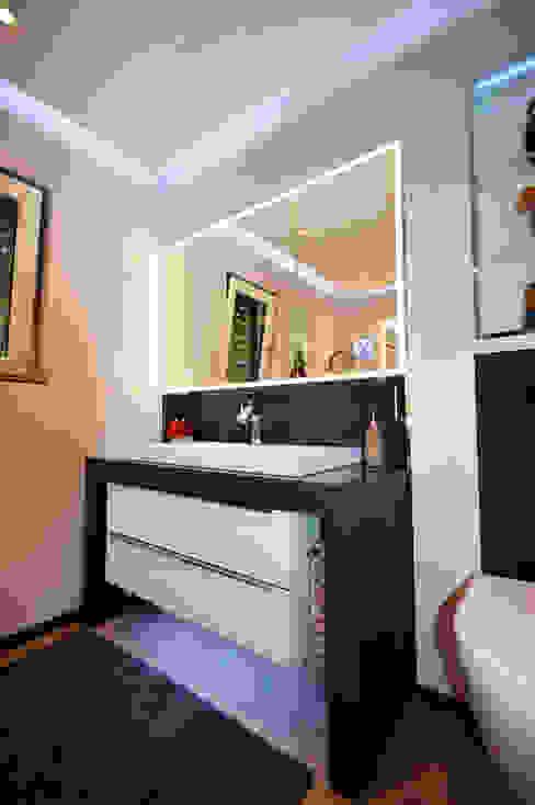 Waschtischanlage mit Spiegelschrank in der Wand eingelassen homify BadezimmerWaschbecken