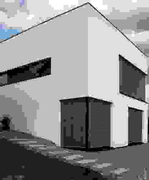 Neubau WOHNHAUS Minimalistischer Multimedia-Raum von di architekturbüro Minimalistisch