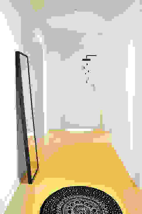 Corredores, halls e escadas minimalistas por PB/STUDIO Minimalista