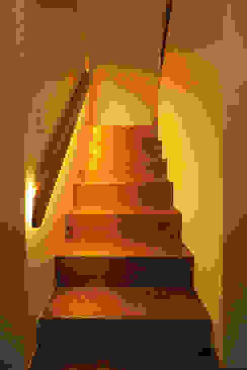 Pasillos, vestíbulos y escaleras de estilo ecléctico de 株式会社エキップ Ecléctico