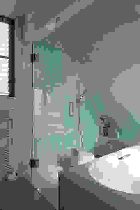 Moderne badkamers van 長浜信幸建築設計事務所 Modern