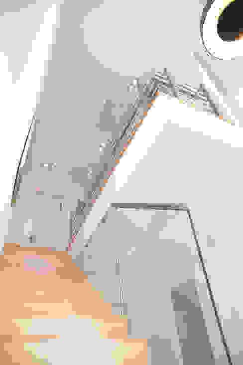 Nowoczesny korytarz, przedpokój i schody od STREIF Haus GmbH Nowoczesny