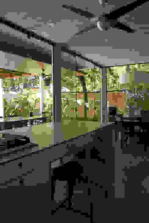 Cocinas de estilo tropical de ARQdonini Arquitetos Associados Tropical