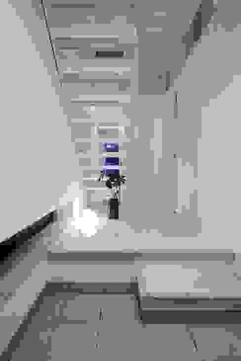 Pasillos, vestíbulos y escaleras modernos de 有限会社アルキプラス建築事務所 Moderno