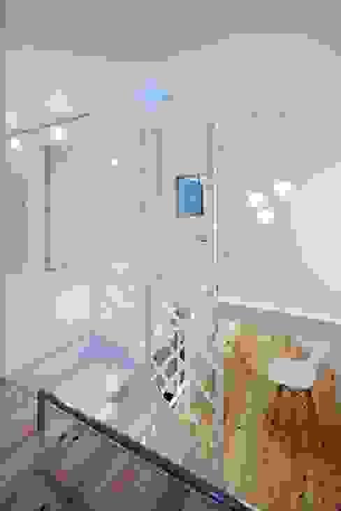 Salas multimedia modernas de 有限会社アルキプラス建築事務所 Moderno