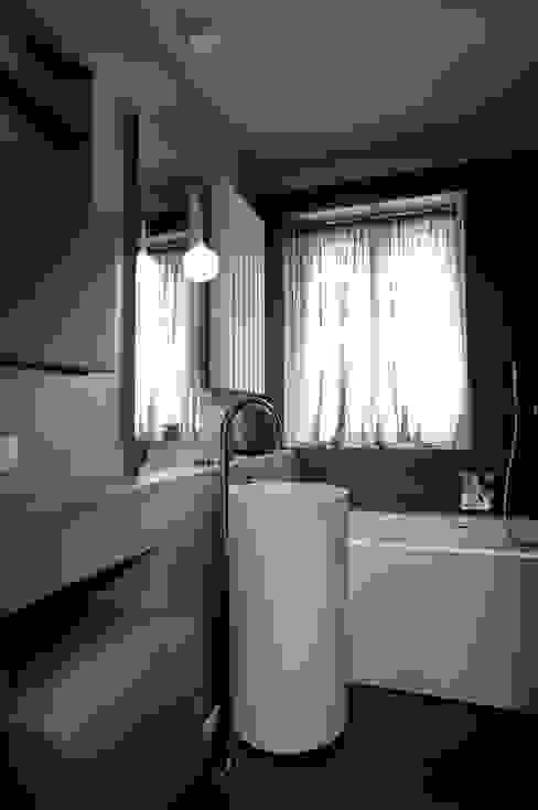 Minimalist bathroom by luca bianchi architetto Minimalist