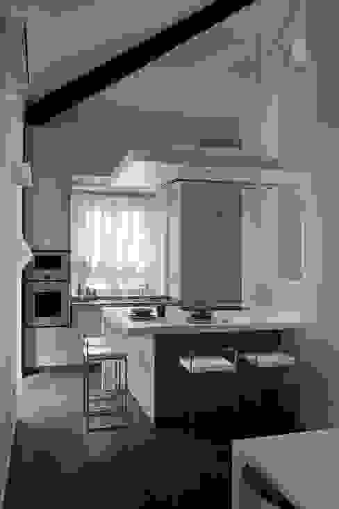 abitazione con terrazzo - Milano Cucina minimalista di luca bianchi architetto Minimalista