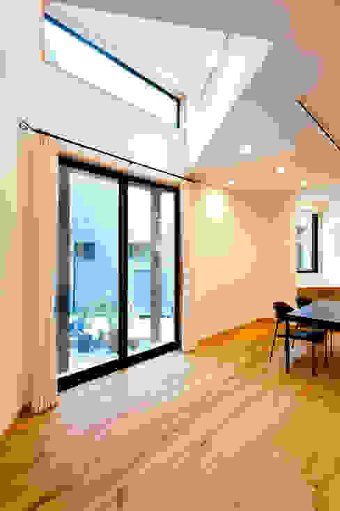 Salas de estar ecléticas por アルキテク設計室 Eclético