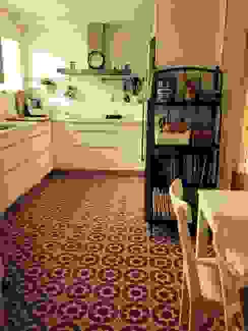 Cocinas de estilo clásico de Suelos Hidráulicos Demosaica Clásico