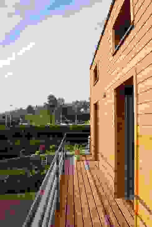 Modern balcony, veranda & terrace by SARA Architecture Modern